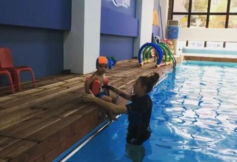 Τα μικρά μας χελωνάκια αφήνονται στα χέρια των έμπειρων προπονητριών για ένα εκπαιδευτικο παχνίδι μέσα στο νερό💦 💦💦 Σας περιμένουμε στην μεγάλη μας χελωνοοικογένεια, στην Αγία Παρασκευή, Καλλιθέα και Ίλιον😊 🐢Μάθετε περισσότερα στα www.xelonakia.gr! #babies #babyinthewater #waterbabies #kidsswimming #swimmingforkids #χελωνάκια